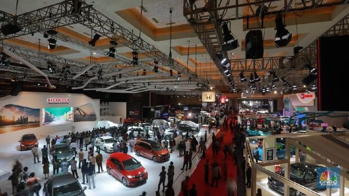 Deretan Mobil mewah dan termahal mejeng di Indonesia Internasional Motor Show. (CNBC indonesia/Muhammad Sabki)