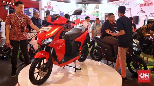 Motor listrik Gesits meluncur di Indonesia International Motor Show (IIMS) 2019 yang berlangsung di Jiexpo Kemayoran, Jakarta, 25 April 2019. (CNN Indonesia/Hesti Rika)