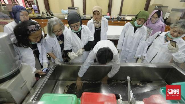 Sejumlah peserta mengikuti workshop konservasi cagar budaya. Mereka mempelajari cara merawat tekstil di Pusat Konservasi Kota Tua, Jakarta, Kamis, 25 April 2019. (CNN Indonesia/Adhi Wicaksono)