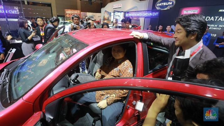 Menteri Perindustrian Airlangga Hartarto meninjau both mobil-mobil di acara Telkomsel IIMS 2019, Kemayoran, Jakarta (25/4). (CNBC Indonesia/Muhammad Sabki)