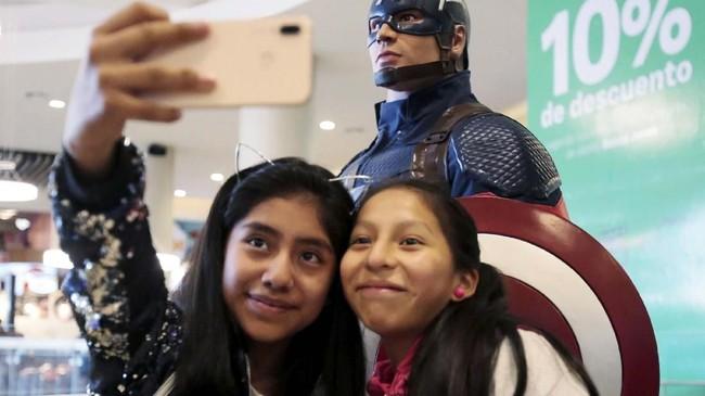 Berbagai patung para pahlawan Marvel seperti Captain America juga menghiasi penayangan perdana 'Avengers: Endgame' di negara di punggung Pegunungan Andes ini. (REUTERS/David Mercado)