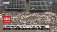 VIDEO: Sampah Penuhi Pintu Air Jakarta