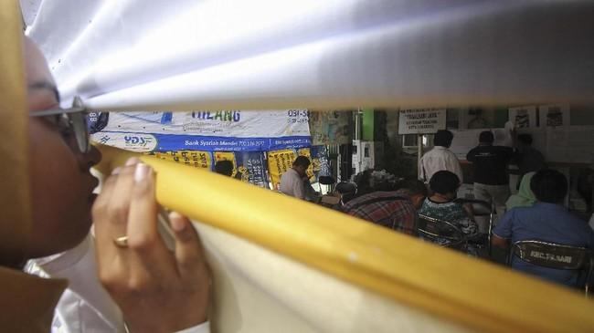 Berbeda dengan Pemilu sebelunnya, Pemilu 2019 digelar secara serentak sehingga proses perhitungan suara menjadi lebih lama. (ANTARA FOTO/Didik Suhartono/aww)