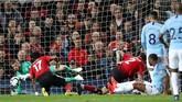 David de Gea menangkap bola yang dilepaskan Raheem Sterling dari dalam kotak penalti. (Action Images via Reuters/Carl Recine)