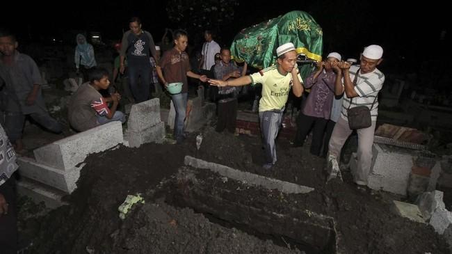 Sementara petugas KPPS yang tewas dalam catatan KPU hingga Kamis (25/4) mencapai 144 orang. Jumlah ini belum termasuk petugas kepolisian dan petugas pengawas pemilu.(ANTARA FOTO/Didik Suhartono)