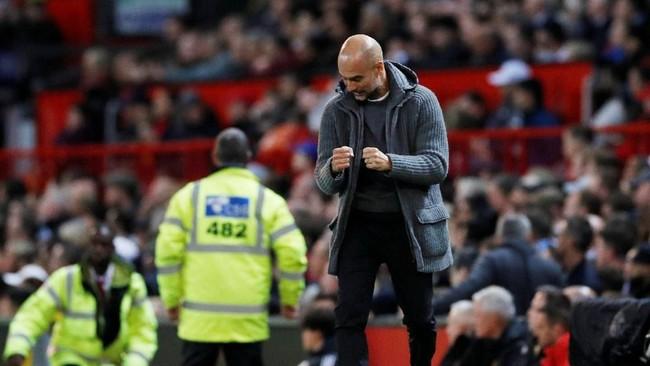 Pep Guardiola mengekspresikan rasa senang setelah Bernardo Silva membobol gawang David de Gea. (REUTERS/Phil Noble)