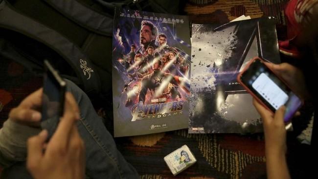 Mereka menonton bukan hanya dengan bekal 'ilmu' dari 21 film Marvel Cinematic Universe, melainkan juga berbagai pernak-pernik Avengers. (REUTERS/David Mercado)