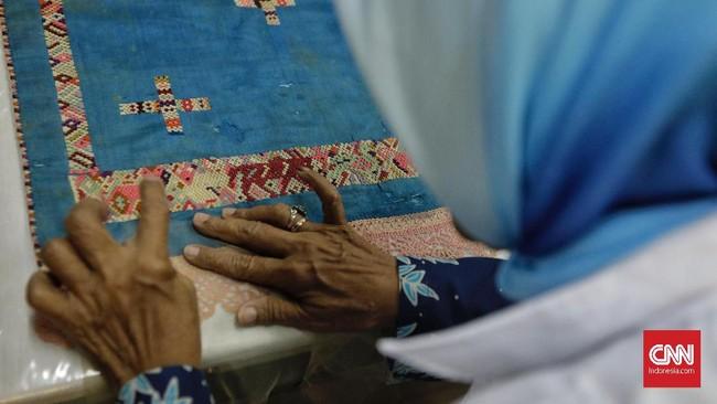 Selain berdiskusi dalam penanganan koleksi, para pengajar juga mempraktikkan secara langsung upaya pembersihan hingga perbaikan koleksi. (CNN Indonesia/Adhi Wicaksono)