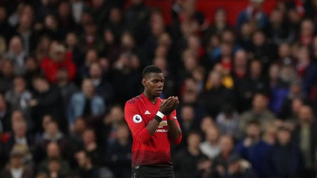 Paul Pogba berdoa sebelum menjalani pertandingan antara Manchester United dan Manchester City. (Action Images via Reuters/Carl Recine)
