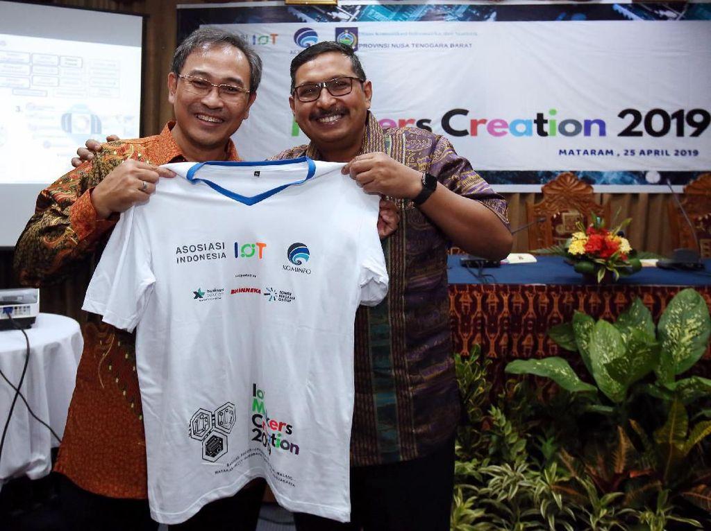 Dirjen SDPPI Kominfo, Ismail (kanan) memberikan kaos Makers Creation kepada Ketua Umum Asosiasi IoT Indonesia, Teguh Prasetya, sebagai tanda dimulainya roadshow IoT Makers Creation 10 kota di Indonesia, di Mataram, NTB, Jumat (26/4). Foto: dok. Kemenkominfo