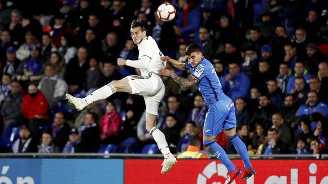 Penyerang Real MadridGareth Bale diturunkan sebagai starter bersama Karim Benzema. (REUTERS/Sergio Perez)