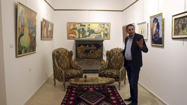 Namun Iskandar tak putus asa. Ia ingin memberi sinyal kepada orang-orang bahwa Tripoli masih hidup, bersama dengan sejarahnya sebagai tempat para kolonialis, Muslim, Yahudi dan Kristen hidup dengan harmonis selama bertahun-tahun. (REUTERS/Ahmed Jadallah)