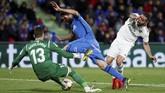 Bek sayap Real Madrid Dani Carvajal berjibaku untuk membobol gawang Getafe. (REUTERS/Sergio Perez)