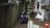 Air Kali Ciliwung meluap dan membuat sejumlah warga kaget karena rumah mereka tergenang. Air meluap pertama kali terjadi pada Jumat (26/4) sekitar pukul 12.00 WIB. (CNN Indonesia/Adhi Wicaksono)