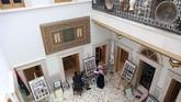 Ia tak seperti kebanyakan warga Libya yang memilih pindah ke distrik modern karena kota tua Tripoli telah dipenuhi sampah dan bangunan peninggalan Roma yang butuh perbaikan. (REUTERS/Ahmed Jadallah)