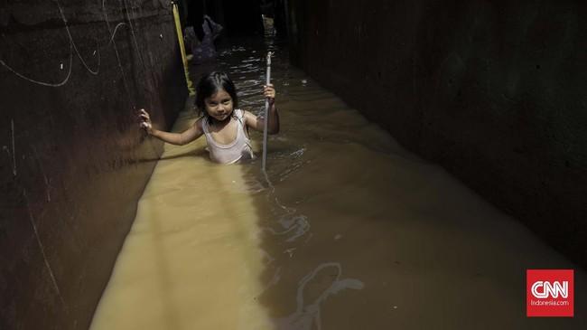 Warga di Balekambang Codet Jakarta Timur, membersihkan sisa-sisa lumpur akibat banjir (26/4). Kiriman debit air dari hulu (Bogor) membuat sejumlah kawasan di bantaran Kali Ciliwung meluap. (CNN Indonesia/Adhi Wicaksono)