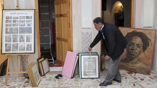 Iskandar menjadikan itu rumah bagi seniman. Lukisan-lukisan digantung, perabot-perabot jadul yang dikumpulkan bertahun-tahun dari Eropa ia pindahkan ke bangunan itu. (REUTERS/Ahmed Jadallah)