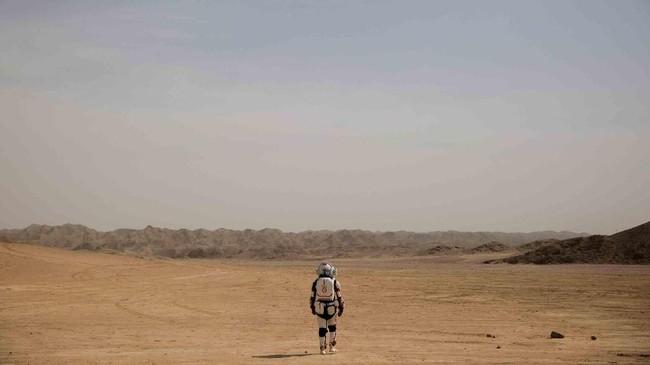 Seorang anggota staf mengenakan baju luar angkasa tiruan di Gurun Gobi dekat basis simulasi Proyek Mars C-Space di luar kota Jinchang, Provinsi Gansu, China. (REUTERS/Thomas Peter)