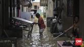 Warga Kampung Melayu RW 03 Jatinegara Jakarta Timur menyelamatkan barang-barang mereka dari terjangan banjir. Banjir kiriman dari Bogor membuat sejumlah kawasan di bantaran Kali Ciliwung meluap. (CNN Indonesia/Adhi Wicaksono)