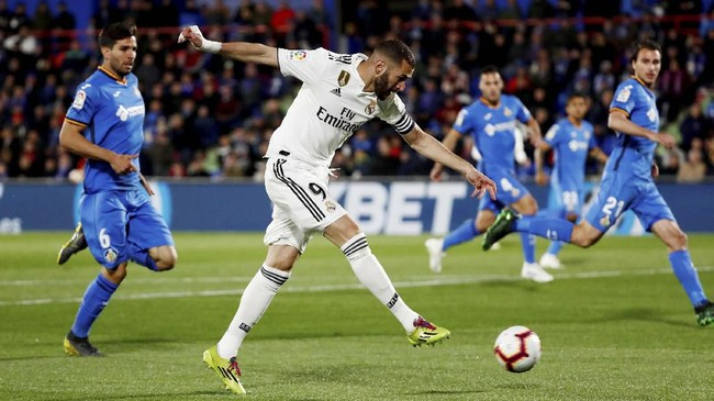 Percobaan Karim Benzemake gawang Getafe yang gagal. Hasil imbang membuat Real Madrid tertinggal enam poin dari Atletico Madrid yang berada di posisi kedua. (REUTERS/Sergio Perez)