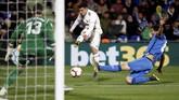 Penyerang muda Real Madrid Brahim Diaz melakukan percobaan ke gawang Getafe. Ia masuk sebagai starter di lini depan bersama Benzema dan Bale. (REUTERS/Sergio Perez)
