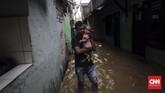Sejumlah warga masih was-was dengan datangnya banjir kiriman dari Bogor. Mereka terus memantau ketinggian bendungan Katulampa untuk memperkirakan banjir tiba di wilayah mereka. (CNN Indonesia/Adhi Wicaksono)