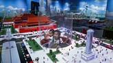 Anak-anak bermain di dalam suatu panel yang dibangun di antara replika Kota Terlarang dan Lapangan Tiananmen yang terbuat dari lego. Bangunan lego ini dipajang di pusat Lego di Beijing, China. (AP Photo/Andy Wong)