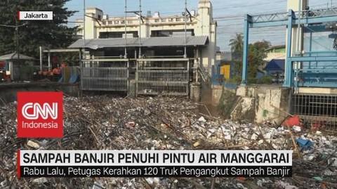 VIDEO: Sampah Banjir Penuhi Pintu Air Manggarai
