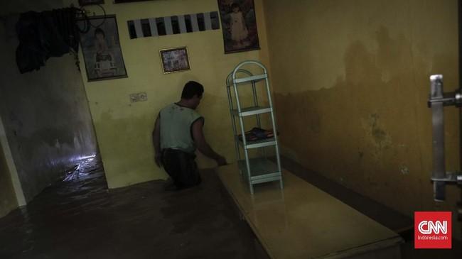 Tak hanya banjir yang disebut Anies dikirim ke Jakarta. Anies menyatakan petugas kebersihan Ibu Kota pun berjibaku untuk membersihkan sampah yang juga kiriman. (CNN Indonesia/Adhi Wicaksono)