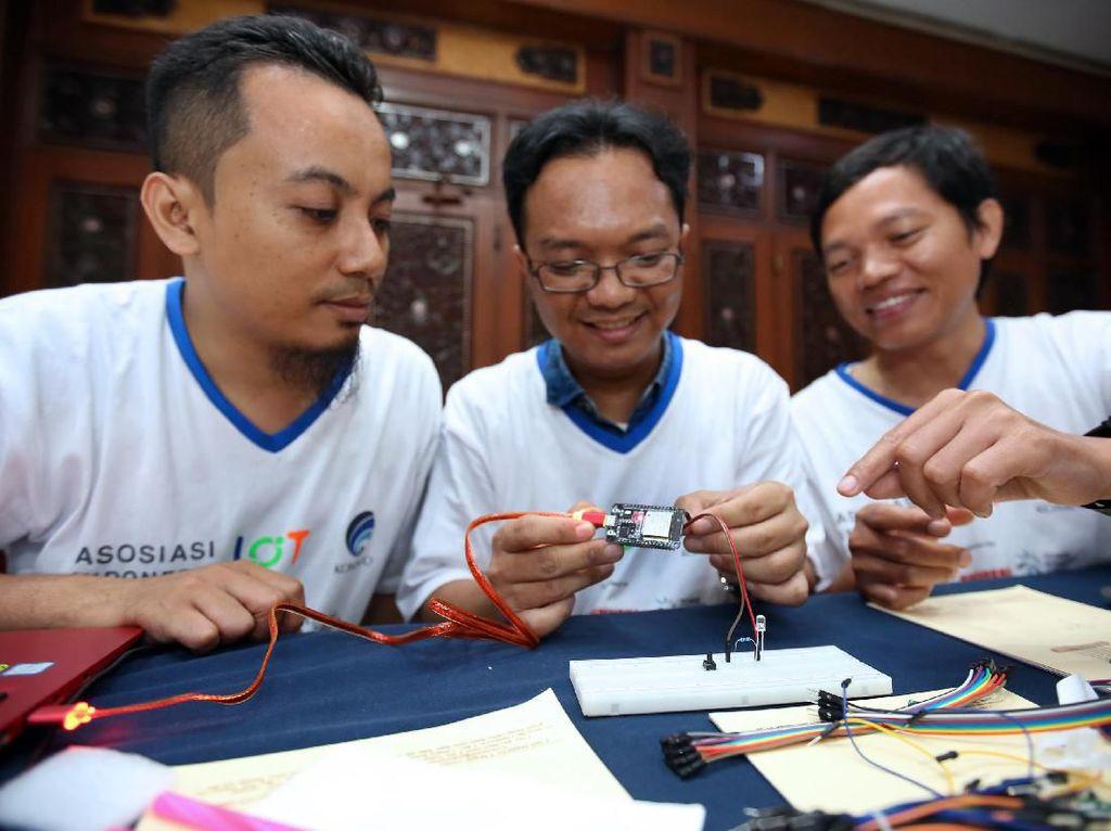 Salah satu tim peserta IoT Makers Creation, memeriksa kompenen dalam hands on workshop IoT Makers Creation, di Mataram, NTB, Jumat (26/4). Kementerian Komunikasi dan Informatika bersama Asosiasi IoT Indonesia (ASIOTI) menyelenggarakan IoT Makers Creation 2019, suatu kegiatan pencarian pembuat kresi IOT lokal di 10 kota, untuk dapat menghasilkan solusi yang dapat dimanfaatkan masyarakat. Foto: dok. Kemenkominfo