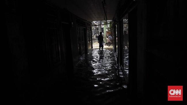Badan Penanggulangan Bencana Daerah (BPBD) DKI Jakarta meminta para pengguna jalan yang akan menuju Kalibata untuk menghindari Jalan Dewi Sartika dikarenakan banjir. (CNN Indonesia/Adhi Wicaksono)