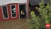 Warga Kampung Melayu RW 03 Jatinegara Jakarta Timur membersihkan sisa-sisa lumpur akibat banjir (26/4). Kiriman debit air dari hulu (Bogor) membuat sejumlah kawasan di bantaran Kali Ciliwung meluap. (CNN Indonesia/Adhi Wicaksono)