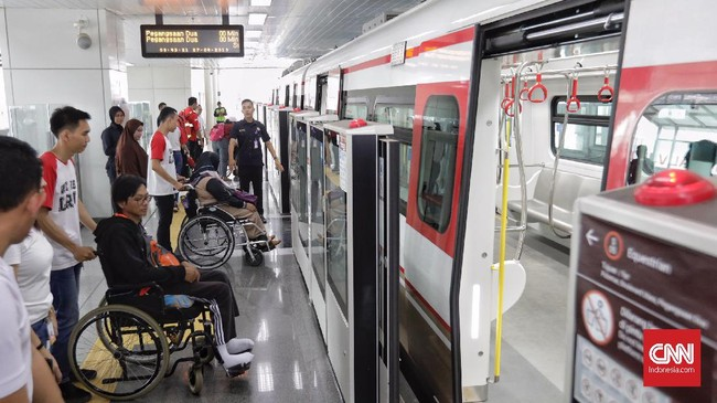 Selain itu, nantinya terdapat petugas pelayanan di stasiun yang akan membantu penyandang disabilitas untuk naik dan turun kereta. (CNN Indonesia/Adhi Wicaksono)