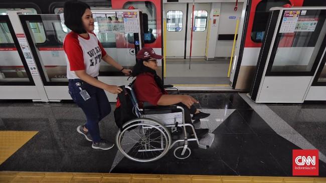 Fasilitas modern yang disediakan LRT Jakarta, antara lain eskalator, elevator atau lift untuk penumpang berkebutuhan khusus, ramp, kamera pengintai atau CCTV, ruang medis, guiding block untuk menuntun jalan penumpang tunanetra, toilet bagi difabel, serta kursi prioritas di peron maupun di dalam kereta. (CNN Indonesia/Adhi Wicaksono)