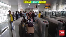 FOTO : Penyandang Disabilitas Cicip Fasilitas LRT