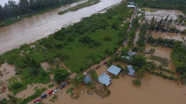 Banjir menerjang sembilan kabupaten/kota di Bengkulu. Banjir disebabkan hujan deras yang mengguyur selama dua hari sejak Jumat (26/4) hingga Sabtu (27/4). (ANTARA FOTO/David Muharmansyah/pd)