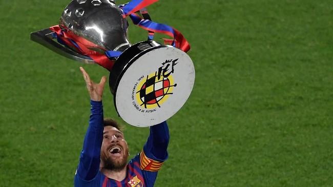 Gelar Liga Spanyol ini juga membuat Messi telah mengoleksi 34 trofi di Barcelona. Torehan itu melewati legenda hidup Barcelona, Andres Iniesta, yang meraih 32 gelar.(LLUIS GENE / AFP)