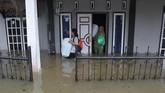 Badan Nasional Penanggulangan Bencana (BNPB) mencatat ada 10 orang yang meninggal karena becana ini. Sebanyak delapan orang belum ditemukan dan 12 ribu warga mengungsi. (ANTARA FOTO/David Muharmansyah/ama)