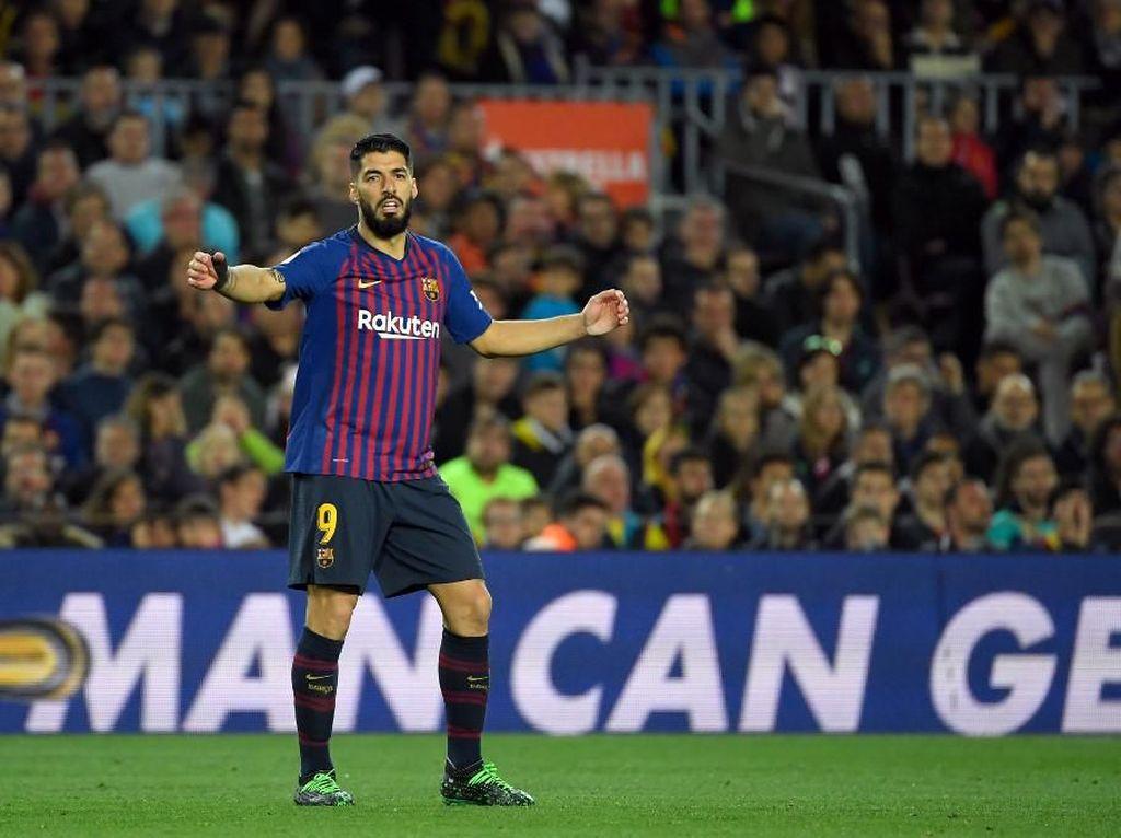 Luis Suarez punya 21 gol musim ini dan jadi runner-up top skorer bersama Karim Benzema. Suarez adalah mesin gol Barcelona. (LLUIS GENE / AFP)