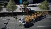 Mereka yang meninggal adalah dua operator crane dan satu pengemudi mobil serta seorang penumpang. (REUTERS/Lindsey Wasson)