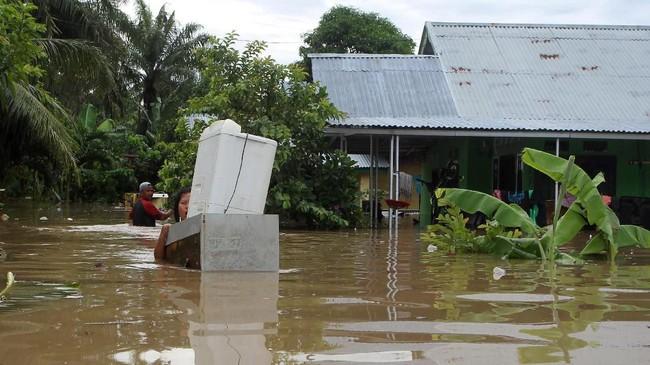 Saat ini banjir sebagian sudah surut di beberapa wiayah wilayah. Namun banjir masih banyak menggenangi permukiman di beberapa wilayah (DIVA MARHA / AFP)