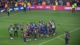 Seluruh pemain langsung berpesta usai peluit panjang dibunyikan. Ini menjadi gelar juara ke-26 Barcelona di La Liga Spanyol atau terbanyak kedua dari Real Madrid yang mengoleksi 33 gelar. (LLUIS GENE/AFP)