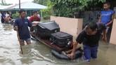 Warga mengungsi karena kediaman mereka terendam banjir akibat sungai-sungai yang meluap. Longsor juga terjadi karena hujan deras yang terjadi. (ANTARA FOTO/David Muharmansyah/ama)