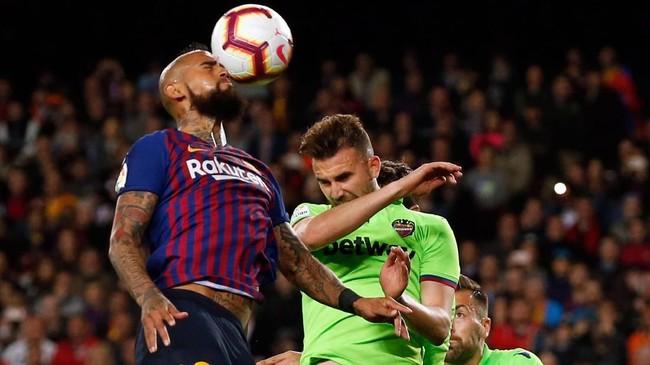 Barcelona yang mendominasi sejak awal laga sempat kesulitan mencetak gol sehingga harus puas bermain imbang tanpa gol di babak pertama. (PAU BARRENA/AFP)