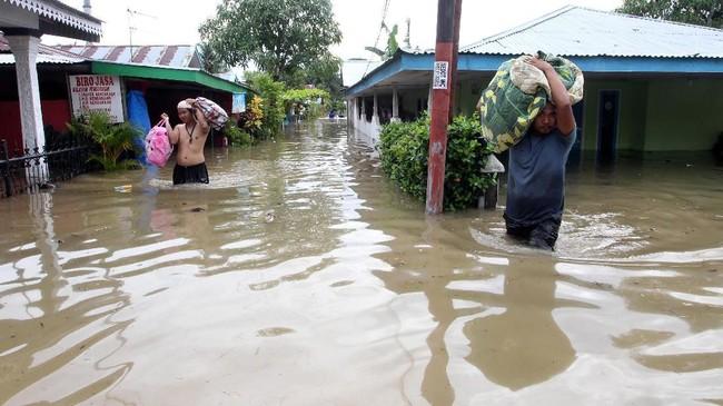 Gubernur Bengkulu Rohodin Mersyah memerintahkan seluruh jajaran SKPD di Bengkulu agar mengerahkan potensi yang ada di daerah untuk membantu penanganan darurat bencana. (DIVA MARHA / AFP)