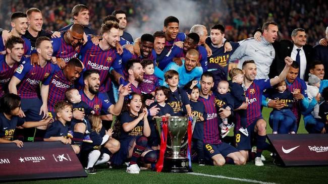 Barcelona berpeluang meraih treble winners musim ini dengan menyisakan dua trofi lainnya, yakni di ajang Copa del Rey dan Liga Champions. (REUTERS/Albert Gea)