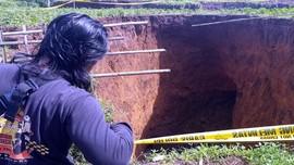 Lubang Raksasa di Sukabumi Diduga Dampak Sungai Bawah Tanah