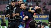 Kesuksesan ini membuat Messi masuk dalam buku sejarah Liga Spanyol. Messi menyamai torehan Jose Martinez 'Pirri' dan hanya terpaut dua gelar dari Paco Gento yang meraih 12 gelar Liga Spanyol. (LLUIS GENE/AFP)