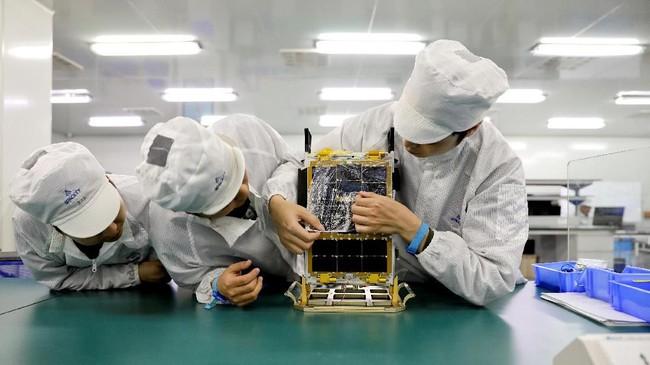 Para ilmuwan melakukan uji coba satelit TY3-12 dengan berat 10 kilogram, di Lab Spacety, Provinsi Hunan, China. (REUTERS/Aly Song)