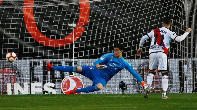 Rayo Vallecano berhasil membuat kejutan dengan unggul 1-0 lewat penalti Adri Embarba. (REUTERS/Javier Barbancho)